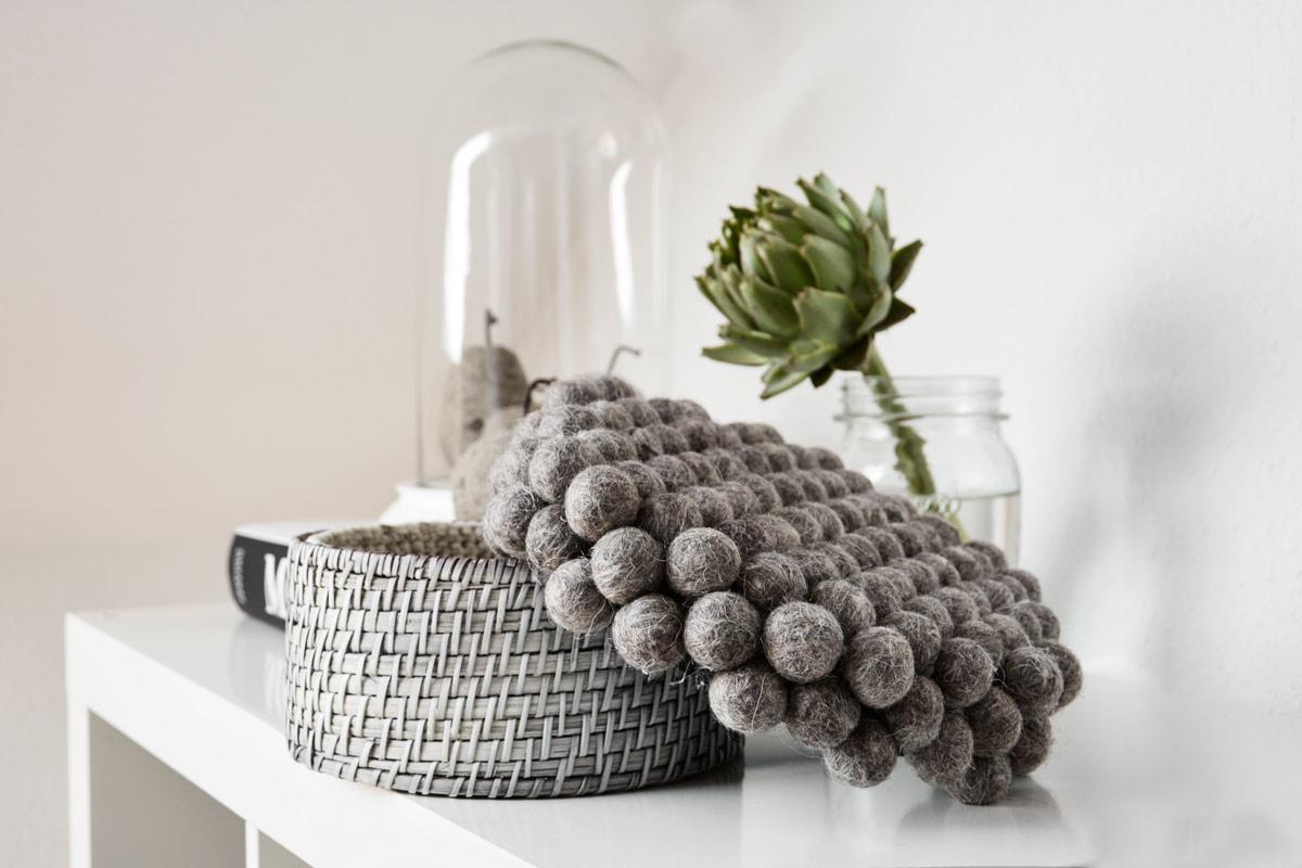 diy wie aus ein paar filzkugeln und einer dose ein hingucker wurde mxliving. Black Bedroom Furniture Sets. Home Design Ideas