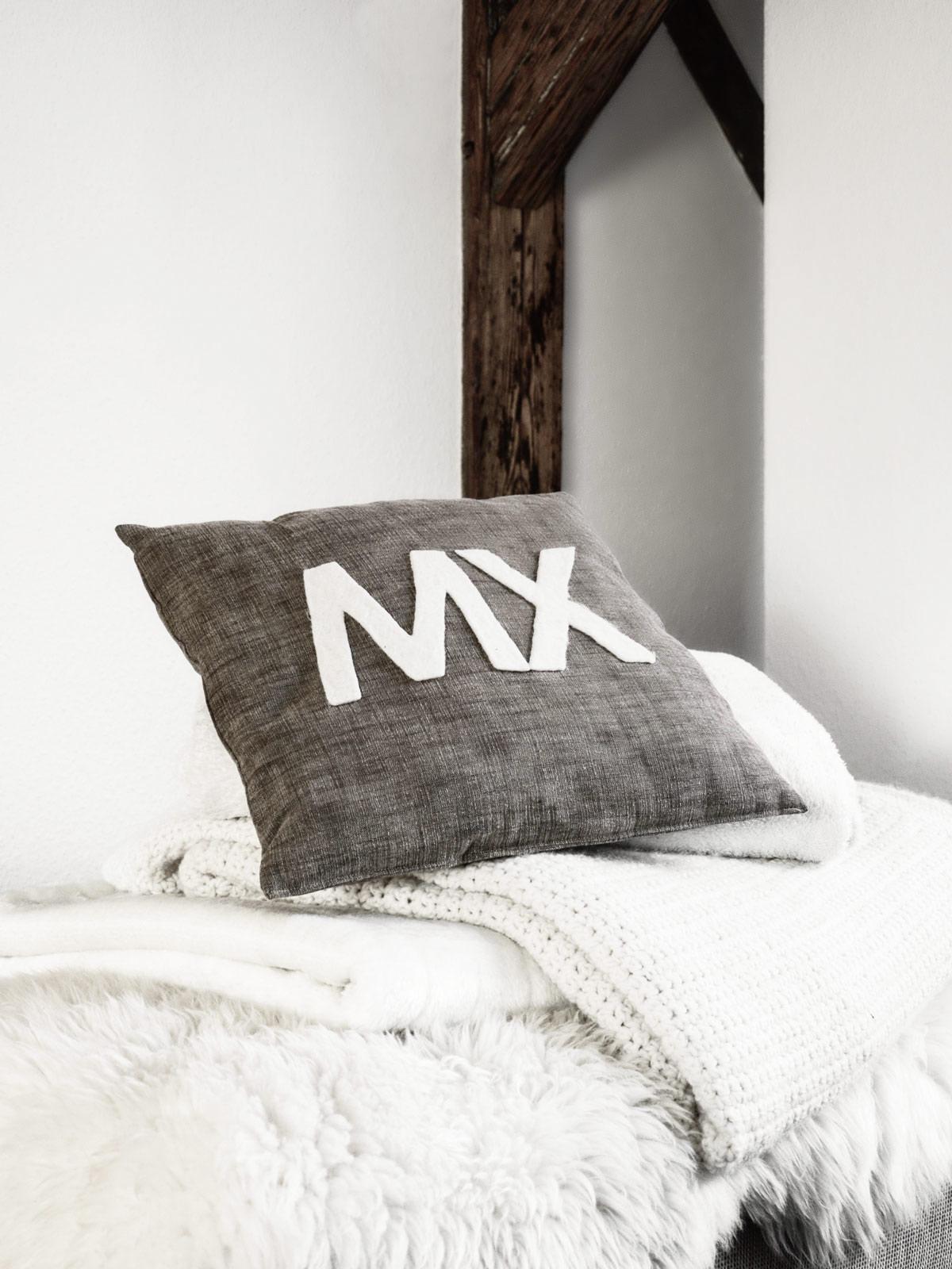 diy kissenh lle mit filzbuchstaben mxliving. Black Bedroom Furniture Sets. Home Design Ideas