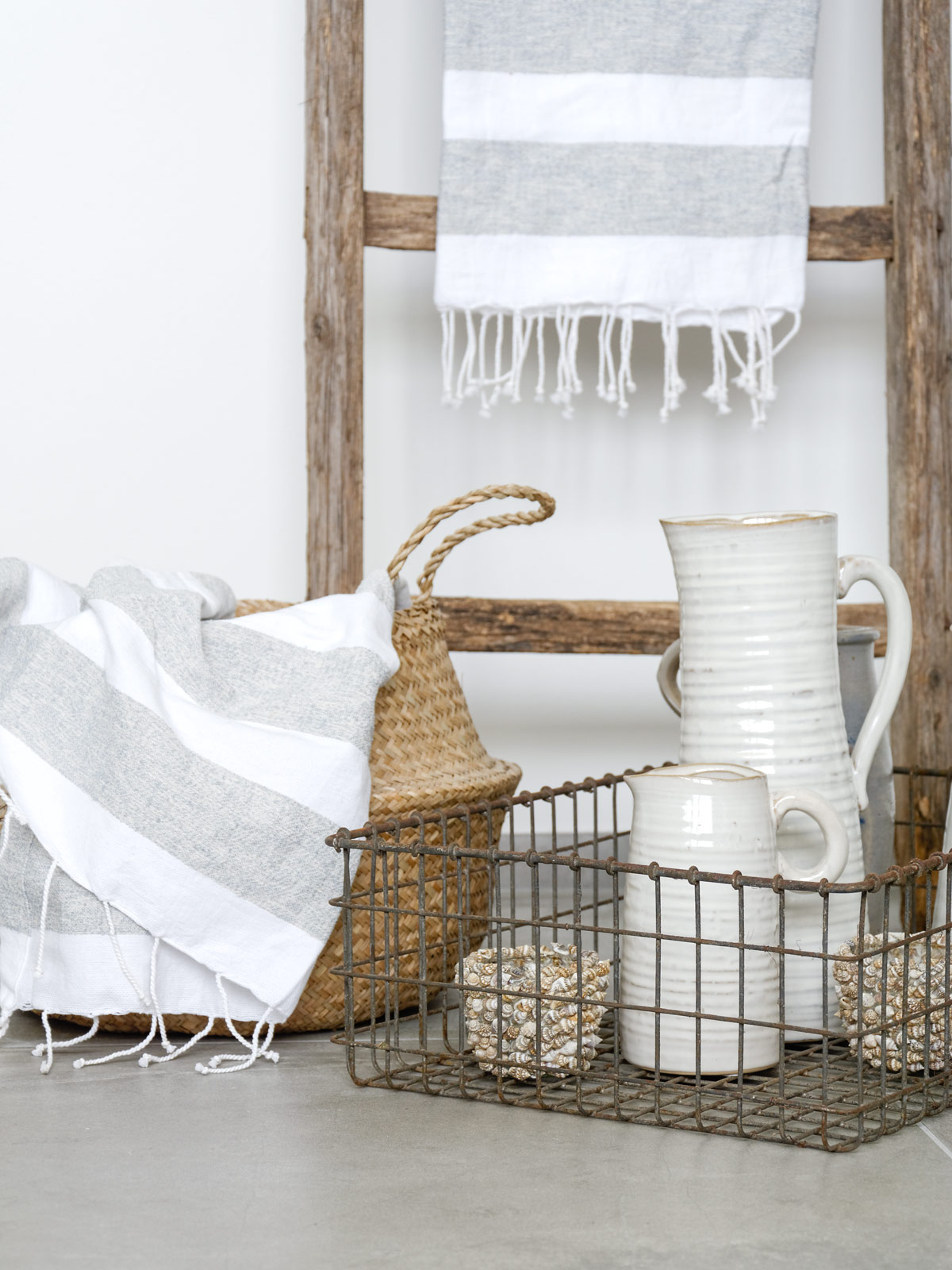 kannen-und-Muscheln-im-Badezimmer-dekorieren