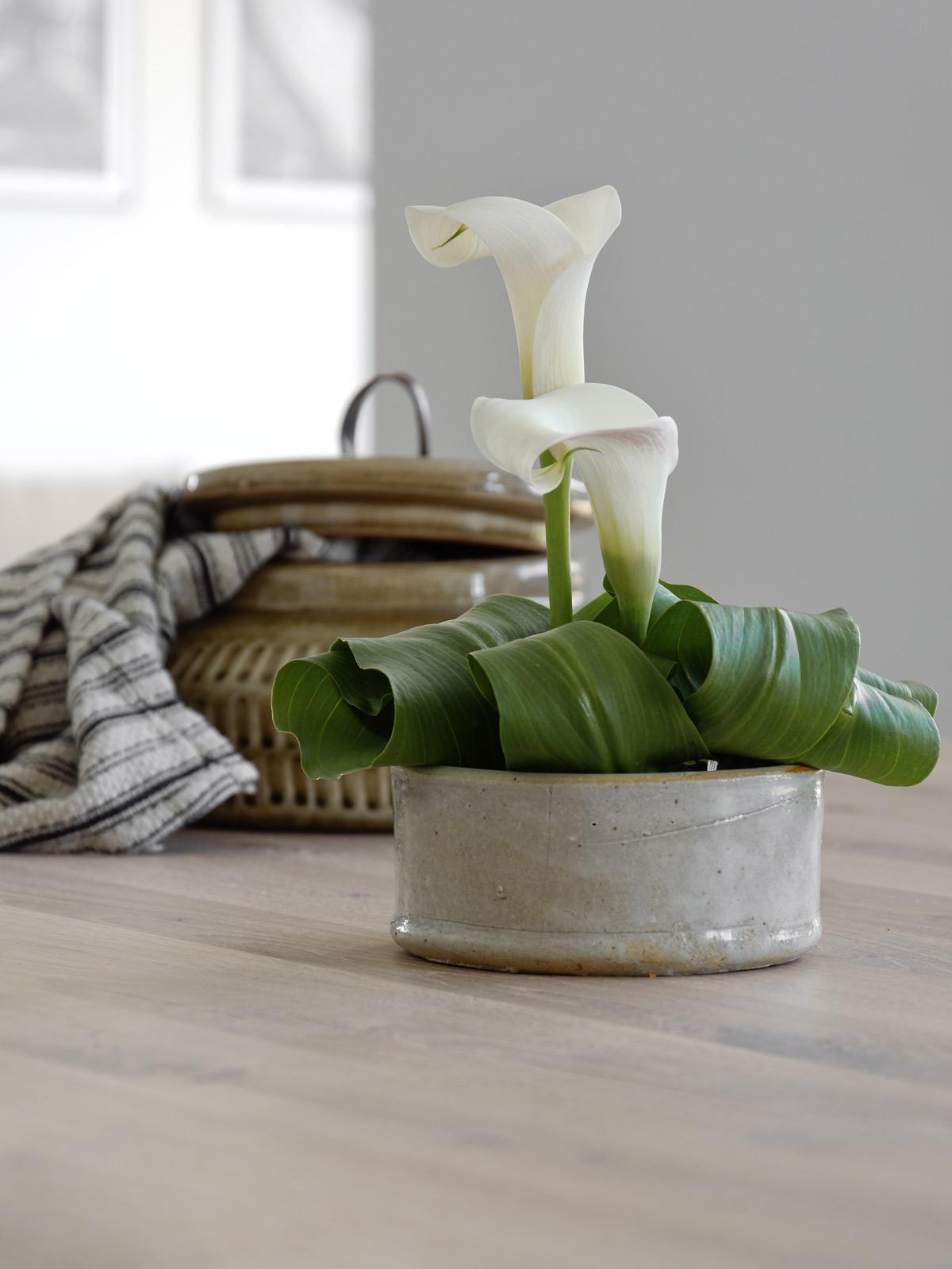 calla-dekoration-auf-dem-esstisch