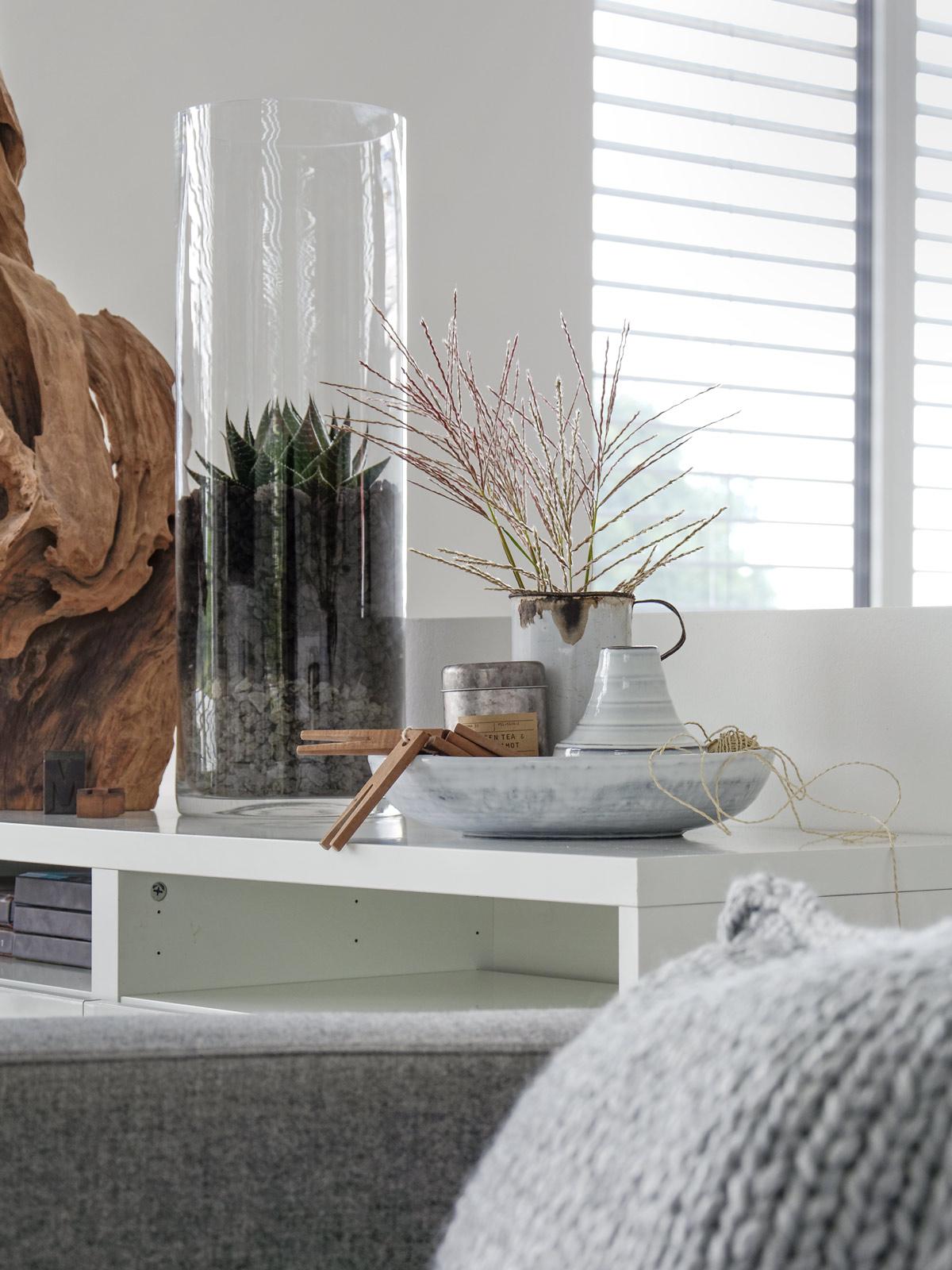 dekoration-mit-graesern-in-der-lounge