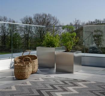 DIY | Balkongestaltung und praktischer Beistelltisch aus einem Pflanzkübel