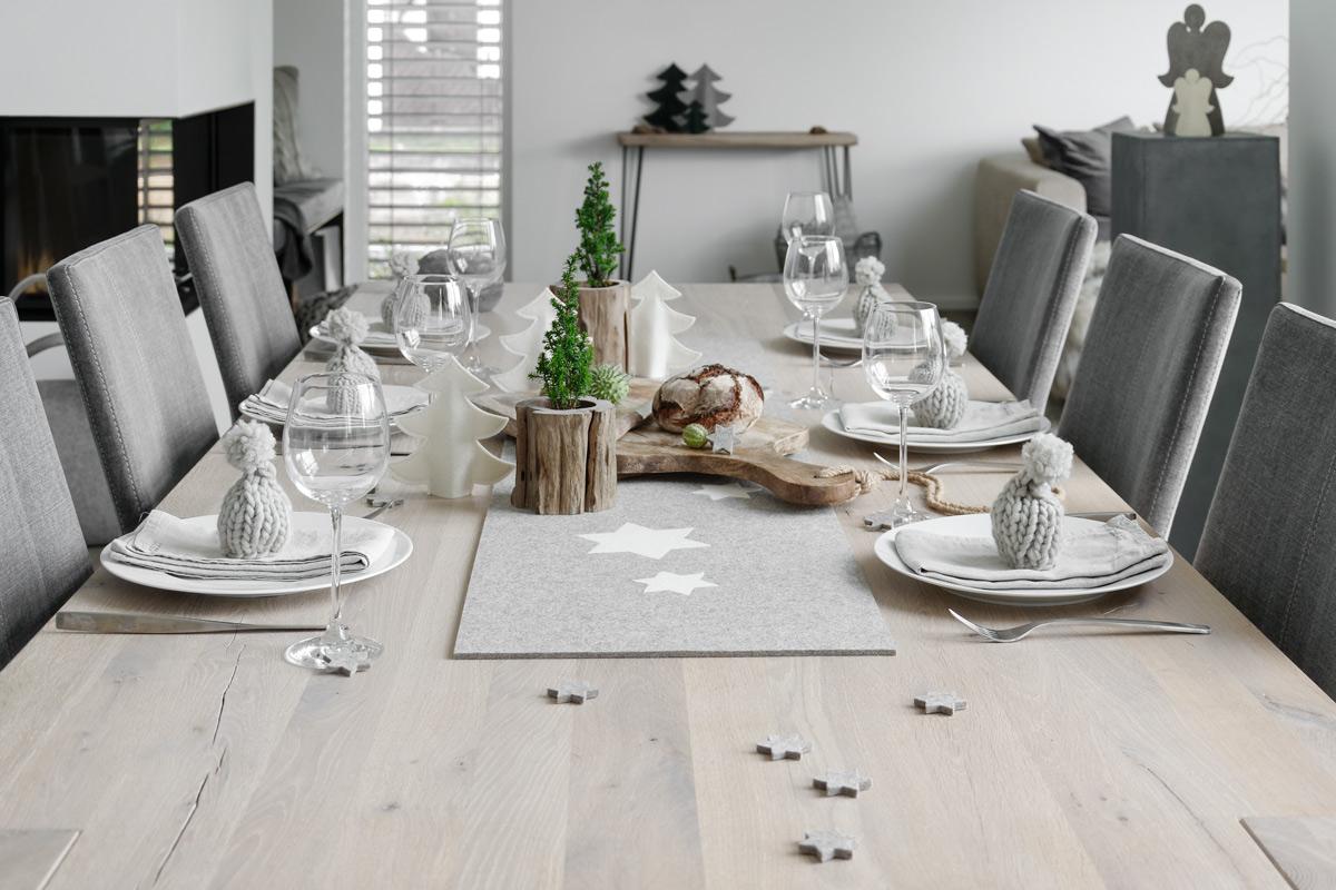 Tischdeko für den Adventsbrunch mit Filz, Holz und Strickaccessoires