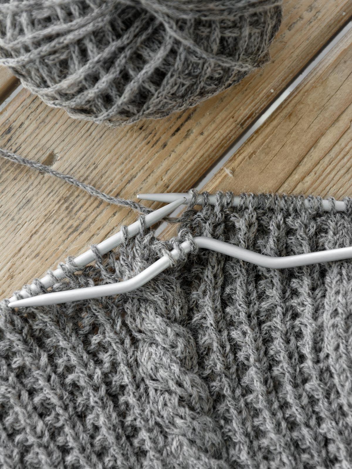 Strickkissen mit Zopf stricken