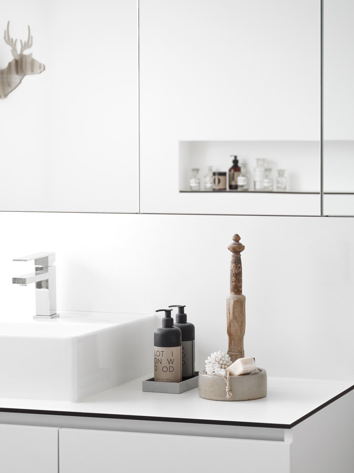 Es Ist Platz Für Die Elektrische Zahnbürste, Diverse Cremes Und Tübchen Und  Natürlich Auch Für Allerlei Make Up.